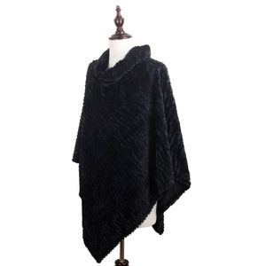 NWT  **BOUTIQUE** Luxurious Faux Fur Poncho OSFALL